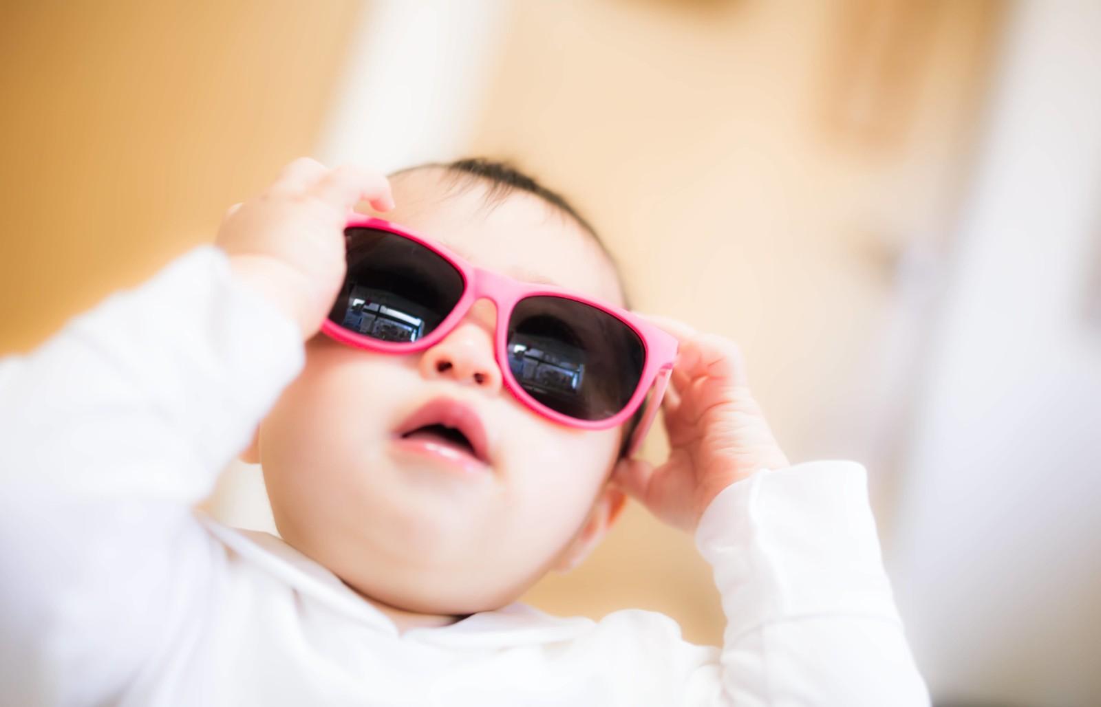 目の為にサングラスをする赤ちゃん