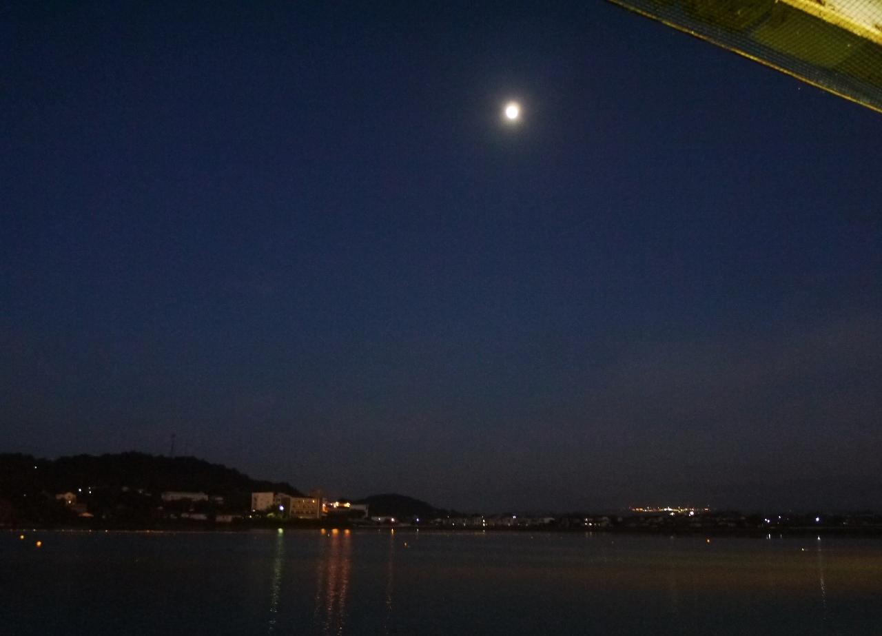ため池とお月さま