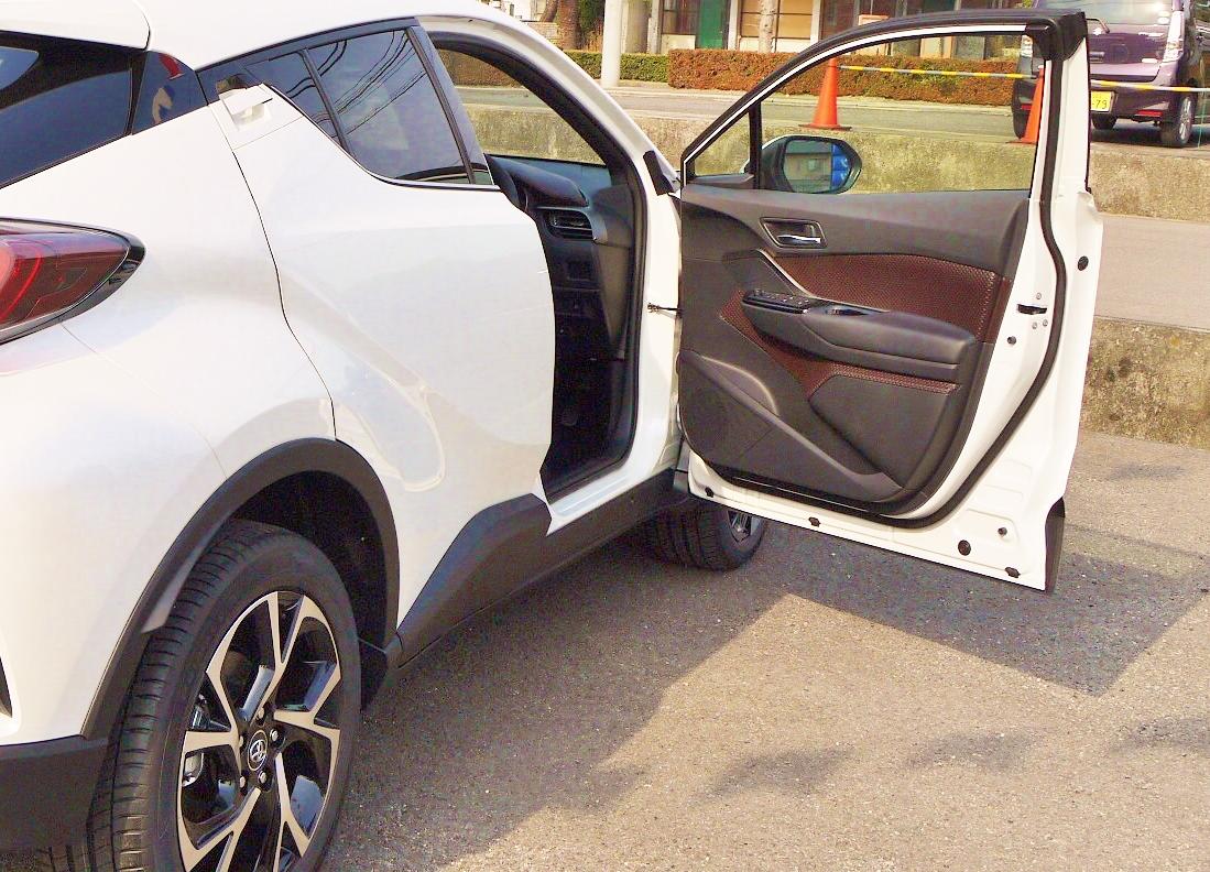トヨタC-HRドアの内装