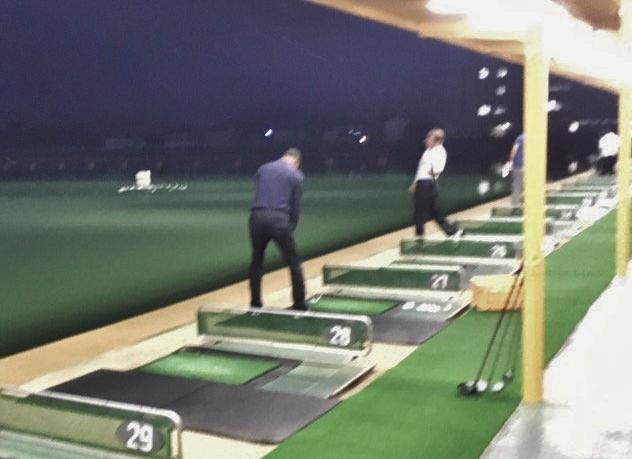 ゴルフ練習場のゴルファー