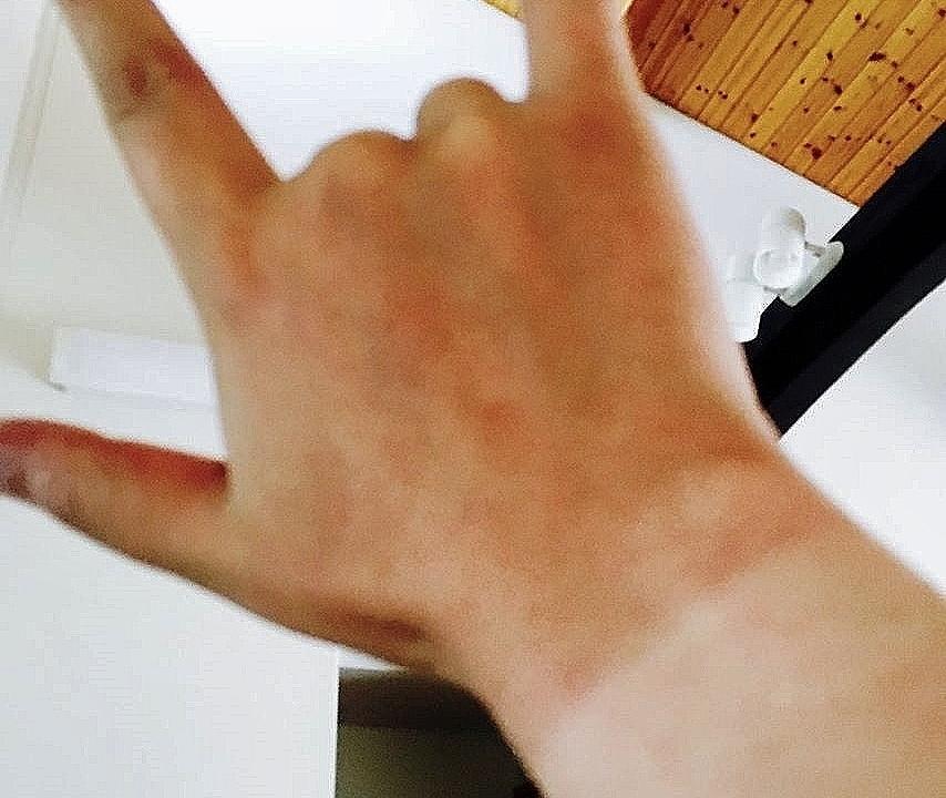 日焼けした右手