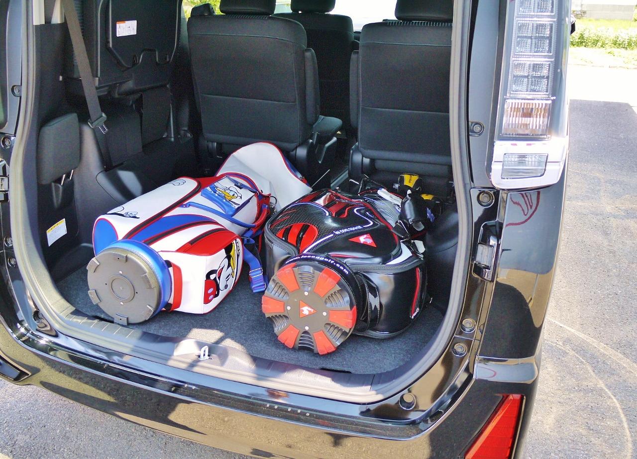 ヴォクシーにゴルフバッグ2本積み