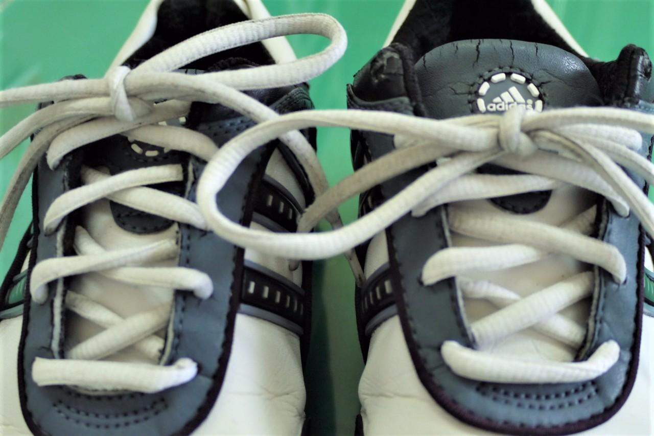 靴紐も真っ白
