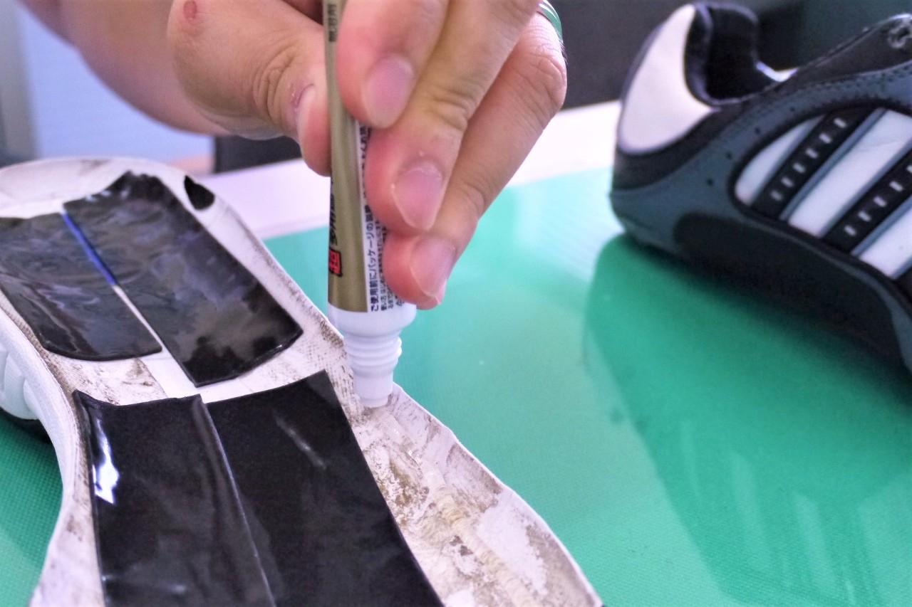 靴の補修作業