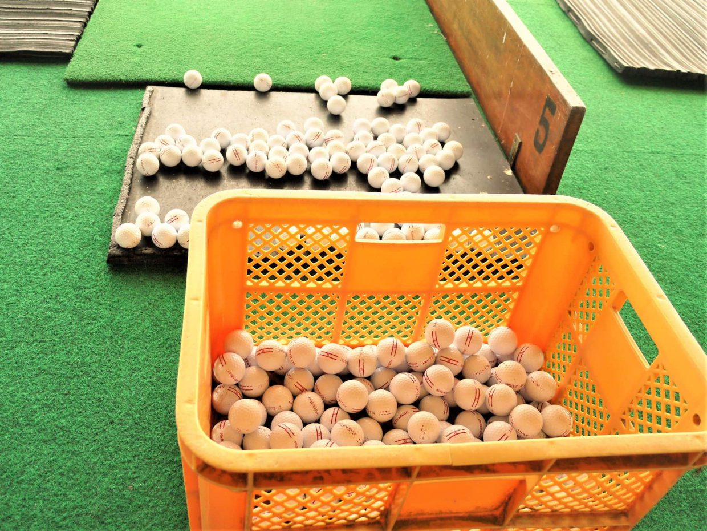 打ちっぱなしのゴルフボール