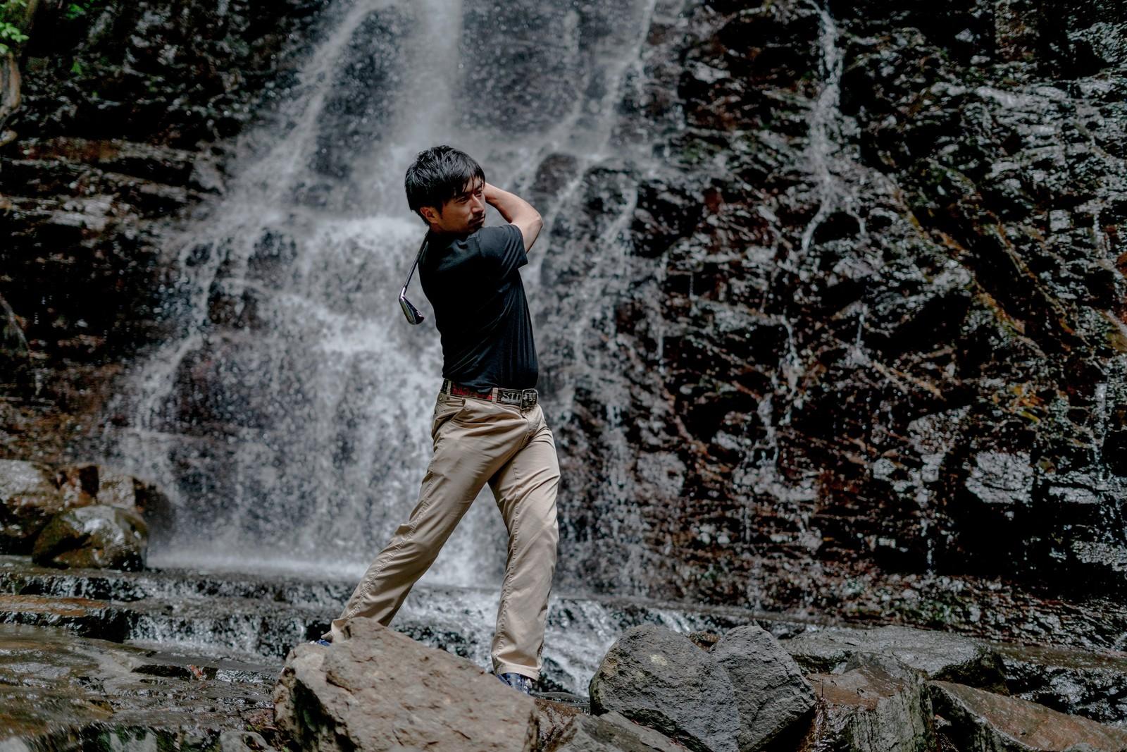 素振りをするゴルファー